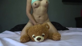 Sweet girl plays fucks and squirts her teddy bear – agatha dolly